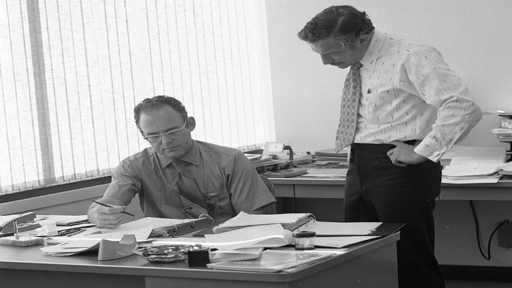 Gordon_Moore_with_Robert_Noyce_at_Intel_in_1970